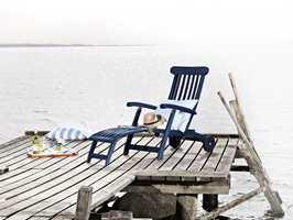 Bryt med konvensjonene og gi solstolen en kraftig blå eller bordeaux.