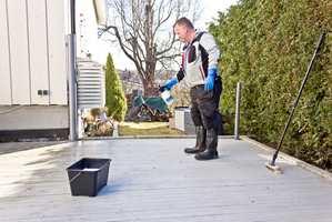 <b>LAVTRYKK:</b> Lett regn eller skygge er de beste forholdene for terrassevask. Velg et rengjøringsmiddel som er beregnet for vedlikeholdsvask. Det skummer lite og er enkelt å skylle vekk. Doser etter anbefalinger på emballasjen.