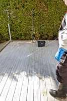 <b>SPYL GODT:</b> Etter at rengjøringsmidlet har fått virke og terrassegulvet har fått en lett skrubb, skylles treverket rent med rikelig med vann.