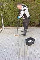 <b>VASKEKOST:</b> En gulvskrubb eller vaskekost brukes for å bearbeide overflaten etter at rensemidlet er påført. Terrasseskrubb med stiv bust vil være for tøff for denne behandlingen.