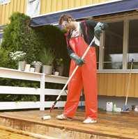 - Alle såperester må fjernes etter en omgang med terrasserens. Ellers vil luteprosessen fortsette og forsåpe den nye beisen eller oljen.