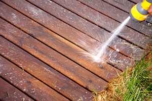Først spyler du med rent vann fra hageslangen.