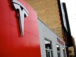 <b>SMÅ ROM:</b> Tesla og Audi bygger i dag mindre butikker uten biler i salgslokalet. – Jeg tror fargehandelbransjen kan lære noe her. Fremtiden blir mindre lokaler og flere opplevelser, sier Sigurd Herrlin Sørensen.