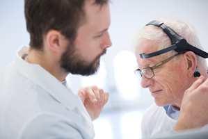 Testpersonene fikk på seg pulsmåler og headset med sensorer som sporer hjernebølgene, en såkalt EEG-opptager.