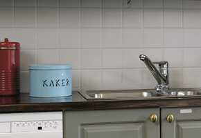 Til tetting mellom fliser og benken brukes rundt en nedfeldt vask brukes en myk fugemasse som tåler vannsprut.