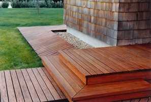 <b>BEVARINGSVERDIG: </b>Rød seder er et eksklusivt treslag, som gjerne brukes ubehandlet på fasader og terrasser. For å bevare fargen brukes en spesiell olje for eksotiske treslag.