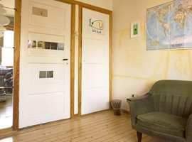 Dør og garderobeskapsdør samt lister skal males.