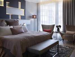 The Brit Suite på The Thief;Puter i varme jordfarger, diskret mønstertapet, tunge og lette gardiner i kombinasjon, noen lekre møbler og et mykt teppe på gulvet er blant elementene det lett lar seg gjøre å implementere i eget hjem.