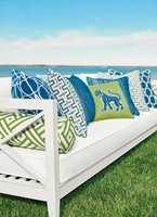 Sommerfølelse med knallblå himmel, turkis hav og saftig grønt gress. Tekstilene er fra Thibauts kolleksjon Calypso og føres av INTAG.