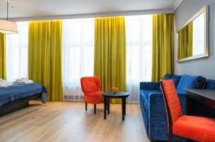 <b>EKSKLUSIVT:</b> I alle hotellrommene er det lagt SAGA Exclusive Limestone 5Gc Eik. Det er en hvitpigmentert, mattlakkert, børstet 1-stavsparkett. Gulvet bidrar til å gi rommene det eksklusive preget som var ønsket på hotellet. Det samme gulvet ligger også i hotellets vinterhage.