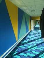 Hotellkorridorer kan være lange og kjedelige, men turen blir hyggeligere med godt fargefølge, som her på Thon Hotell Gardemoen. Fargesatt av Trond Ramsøskar.