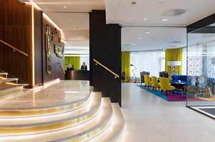 På et typisk forretningshotell, som Rosenkrantz i Oslo, ønsket interiørarkitektene å skape et litt eksklusivt preg gjennom å benytte virkemidler som marmor, gull, strategisk plassert belysning og selvfølgelig innslag av sort.