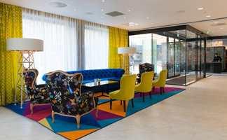 I Rosenkrantzgate finner vi en meget fargesterk lobby på Thon Hotel Rosenkrantz Oslo. Her har interiørarkitektene boltret seg i sterke farger fra Thons palett og de har også spesialdesignet det fargerike gulvteppet for å skape et helhetlig inntrykk.