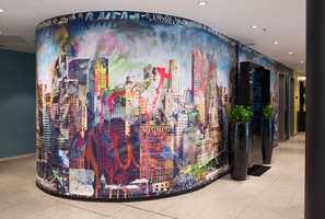 Et fargerikt fototapet med motiv fra New York er det som møter oss i resepsjonen på Thon Hotel Vika Atrium; en passende mottakelse på dette typiske business-hotellet vegg i vegg med Aker Brygge.