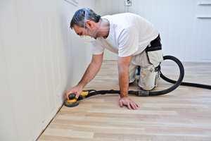 Før behandling må hele gulvet være slipt og overflaten være jevn og fin også inn mot lister og i hjørner.