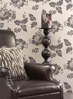 Store blomstermotiv, her med beige tapet og brune mønstre som matcher møbel og pute.Ellers finnes det mange alternativ i helt andre farger som lys grønt, turkis, rødt eller sort-hvitt, alt etter settingen i interiøret.
