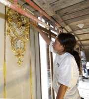 Gulldekor blir påført med fin pensel av Stine Aamot hos malermester M. Bratfoss.