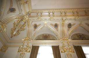 Gull på gull - partiet mellom vegger og tak med rike utsmykkinger - blant annet våpenskjoldene til de andre losjer i Norge og englebilder, alt reparert og retusjert til minste detalj.
