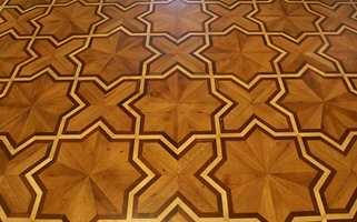 Gulvet er tross mønstrene satt sammen av kvadrater. Det var slipt så mange ganger at de ved siste behandling snudde kvadratene og foretok slipingen på baksiden. Det er altså den opprinnelig bakside det nå gås på.