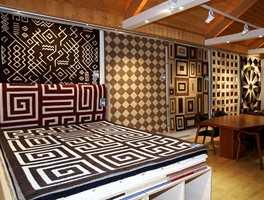 Bedre kvaliteter - flere kvaliteter. Her tepper i både tekstil og skinn (til høyre). Bruntoner er en 2006-farge.