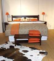 Matchende utstilling - møbler, lamper, tekstiler og avpasset teppe i kuskinn.