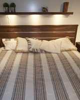 Striper i sengesettet. Sengen er beiset eik. Den fås også i en sortbeiset utgave. (Fra CS Möbelfabrik)