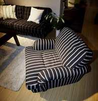 Sort-hvitt eller mørk blått på møbelstoffene - med striper og firkanter. (Fra Furninova)