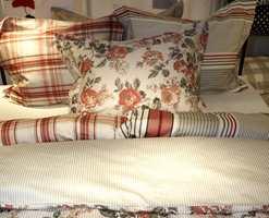 Matchende sengesett med mønstringer og farger fra naturen kombinert med ruter og firkanter. Kvaliteten er sateng. (Eget design for Bohus av Turiform fra Nordic Form.)