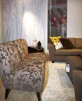 De dekorative mønstre på møbelstoffet som er så typisk også i tapet-, tekstil- og teppemoten. Her derimot et innslag av fototapet. (Fra Stordal)