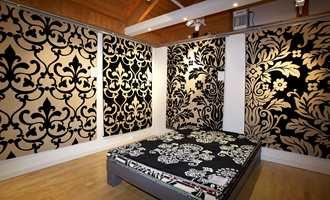 Sort på hvitt og hvitt på sort - ornamenter preger årets teppemote. Her wilton-tepper produsert industrielt med syntetiske fibre.
