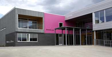Breivang videre skole - moderne form og frekt fargeinnslag ved hovedinngangen.