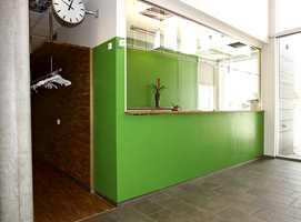 Kreative veggløsninger: I resepsjonen er det brukt et gummibelegg som tradisjonelt brukes på gulv.