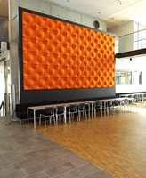 Neddempet noen steder, men det er også innslag av sterk fargebruk, som her i en dekorasjon av filt. Ellers dominerer materialer som betong, mosaikkparkett i 8 mm oljet eik og fliser i skifermønster.
