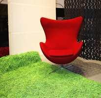 Rødt på møbeltekstil i likhet med klesbransjen - og en grønn floss - bestående av gummi som i gummistrikke.