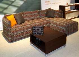 En 90-graderssofa som skiller seg noe fra de tradisjonelle. Et stripet farget mønster får nesten en strikkeeffekt. (Finsk design og produsent)