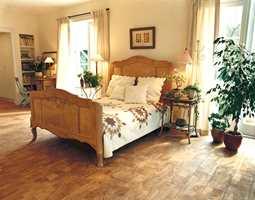 Et korkgulv i sitt naturlige utseende. Gulvet kan leveres i enten plank- eller flisstørrelse og heter Cork-O-Floor.