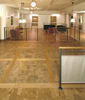 Korkgulv på arbeidsplass med en kombinasjon av korkfliser og plankstørrelse påmontert yttersjikt av trefinér.