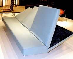 Den yngre generasjon på møbelmessen - her en kombinert sofa og seng - på utstillingen til avgangsklassen fra Kunsthøgskolen i Bergen.