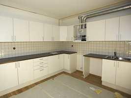 Kjøkkenet monteres ferdig. Alt foregår håndverksmessig, ikke industrielt. Også vvs- og el-arbeidet gjøres her.