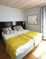 Soverommet med heltre furu på gulvet og hvitlakkert panel i taket.