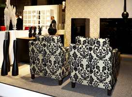En typisk trend av året generelt i interiørbransjen - store ornamenter - møbelbransjen intet unntak. Tapetet har også ornamenter.