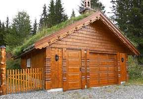Samme hytteanlegg som forrige bilde - garasjeanlegget gir helhet.