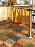 Et eksempel på vinylbeleggets muligheter - her med en fargerik kombinasjon av jordfarger i rutemønster. Det er mye sol og varme i dette interiøret. (Atmosphere fra Tarkett)