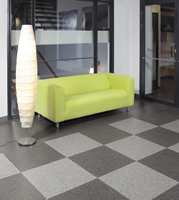 Et pvc-fritt gulv i offentlige miljø i grå fargesetting. Belegget produseres med en kombinasjon av naturlige materialer og thermoplastic polymer. (Upofloor)