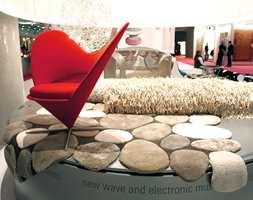 Overflater er nå så mangt - teppet i forgrunnen er produsert nærmest som steinmønstre, mens flossteppet i bakgrunnen er i skinnende materiale. Og kombiner gjerne med interiør i sterke farger, som her med stolen i frisk rød.