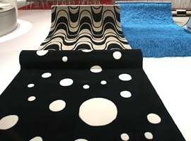 Variasjoner i sort-hvitt-motivene - varierende med en sort bunnfarge og hvite mønstre eller omvendt. Til høyre et turkis flossteppe.