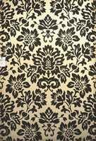 En lys bunnfarge med sterke sorte ornamenter. Teppet er fra Gulvex.