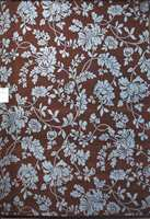 Et eksempel på den brune trend som vedvarer, men her er det kombinert med floramønstre i pastell, lys blå. Fra Gulvex.