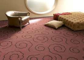 Tepper beregnet til både offentlige miljøer. Mønstringene er også her store - i en bruntone som matcher møbler og tekstiler. Det er jordfarger ton-i-ton. Fra Vorwerk-kolleksjonen Inspiration.