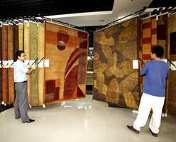 Et moderne showrom med tepper i moderne farger og mønstre.
